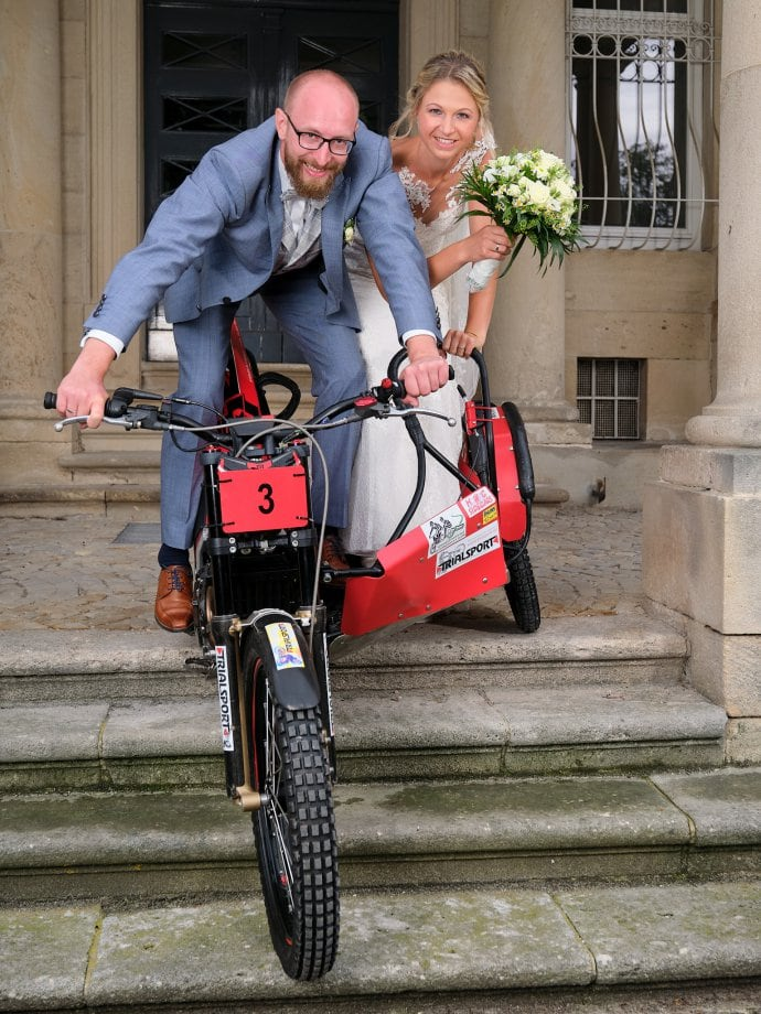 Braut und Bräutigam auf dem Motorrad